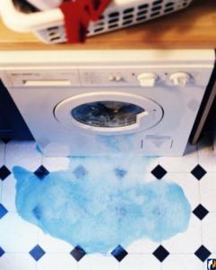 Течет стиральная машина (протекает)