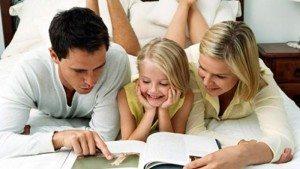 Семья читает инструкцию