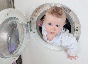 Ребенок в стиральной машине