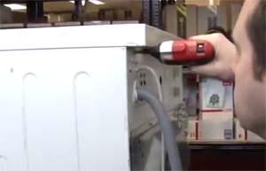 Снимаем крышку стиральной машины