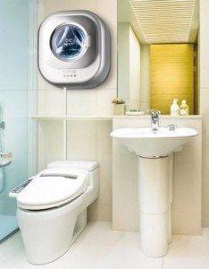 Настенная стиральная машина в туалете