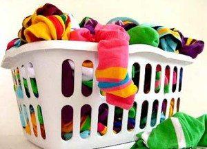 Корзина с разноцветным бельем