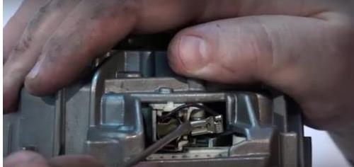 клемма на щетках в двигателе