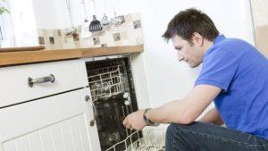 посудомоечная машина сливает воду