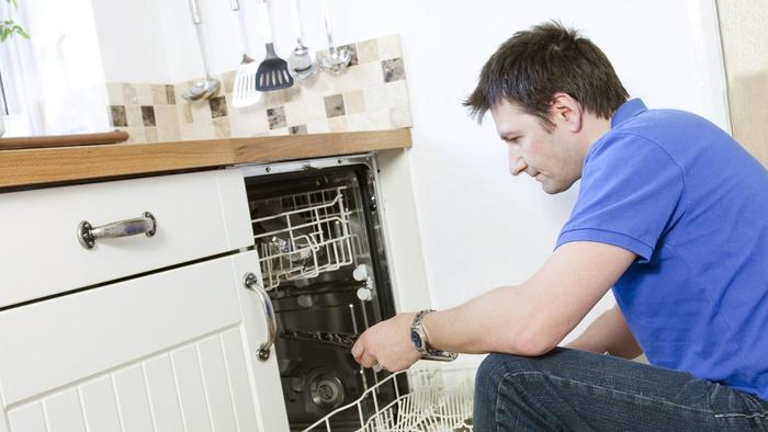 Посудомоечная машина постоянно сливает воду