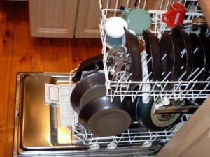 расстановка посуды в посудомойке