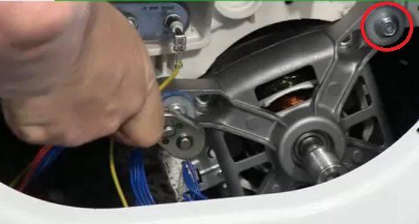 выкручиваем болты, удерживающие двигатель