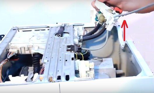 снимаем пластмассовое крепление для клапана и патрубков