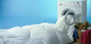 Как постирать одеяло из синтепона в стиральной машине и можно ли?