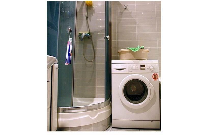 душ и стиральная машина в ванной комнате
