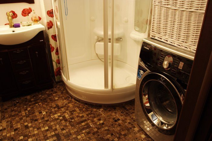 стиральная машина и душевая кабина