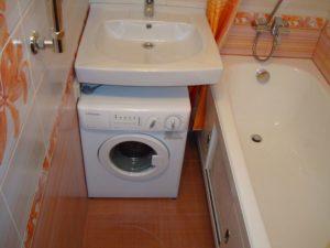 Стиральная машина под мойку в ванной