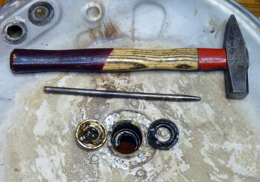 вытаскиваем старый подшипник стиральной машины Электролюкс