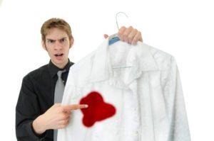 рубашка с пятном от кетчупа