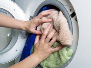 перегруз барабана стиральной машины бельем