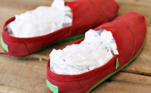 чтобы тапки лучше высохли, набейте их бумагой