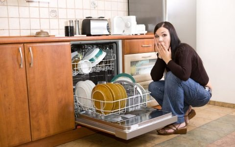 После посудомойки пахнет посуда