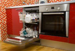 посудомойка рядом с духовкой