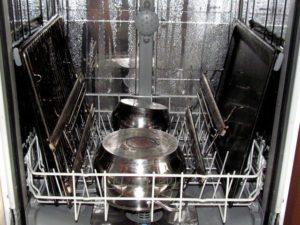 Можно ли мыть противни в посудомойке