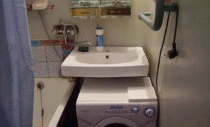 стиральная машина Канди под раковиной ванна слева