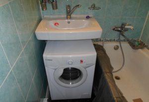 стиральная машина Канди под раковиной ванна справа