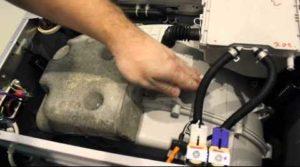проверяем амортизаторы надавливая сверху на бак с барабаном
