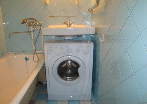 вариант установки машинки в ванной