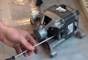 вытащив двигатель проверяем щетки