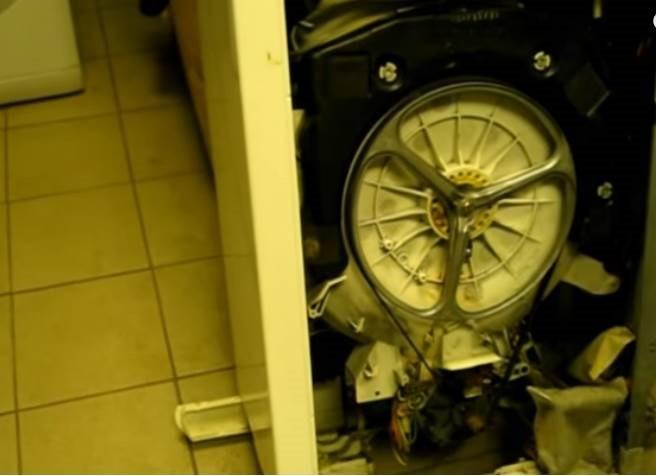 снимаем боковую стенку стиральной машины