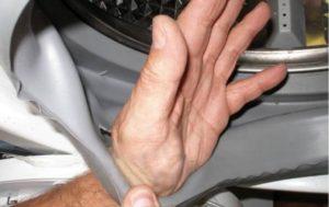 протечка может возникнуть из-за порванной манжеты люка
