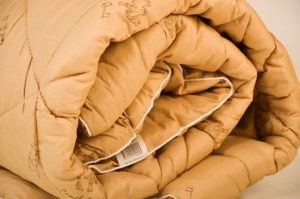 лучше все же стирать одеяло из верблюжьей шерсти вручную