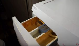 В стиральной машине остается вода в отсеке для кондиционера