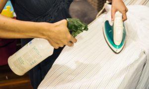 крахмалить белье можно с помощью спрея во время глажки
