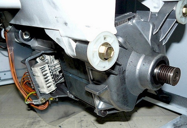 откручиваем двигатель стиральной машины и снимаем его