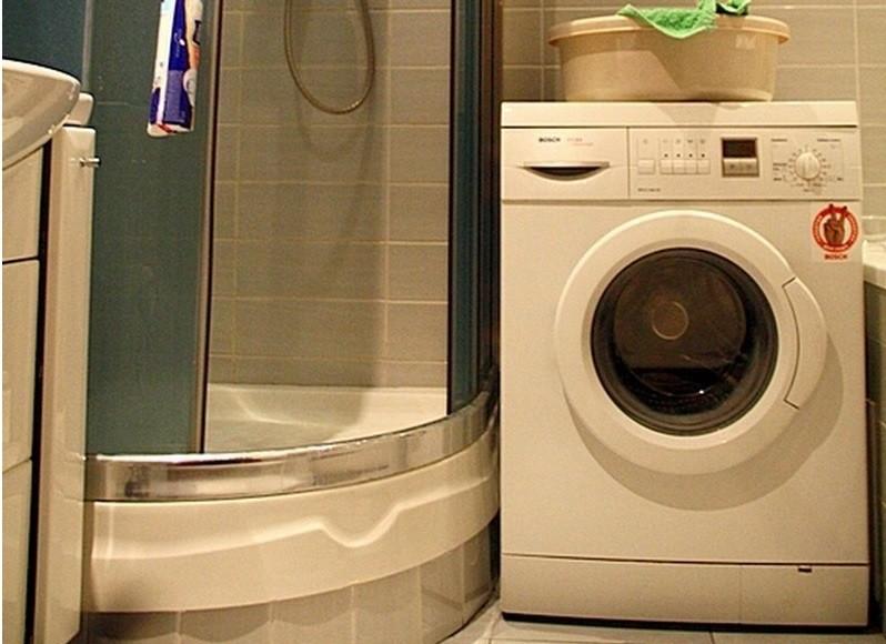 душевая кабина и стиральная машина