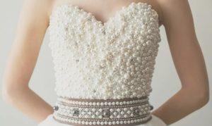 корсет платья имеет большое количество украшений которые могут отвалиться