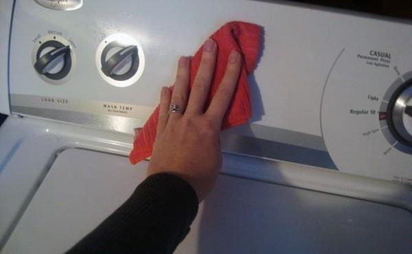 наносим Тирет на тряпочку и протираем стиральную машину