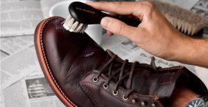 очищаем кожаную обувь
