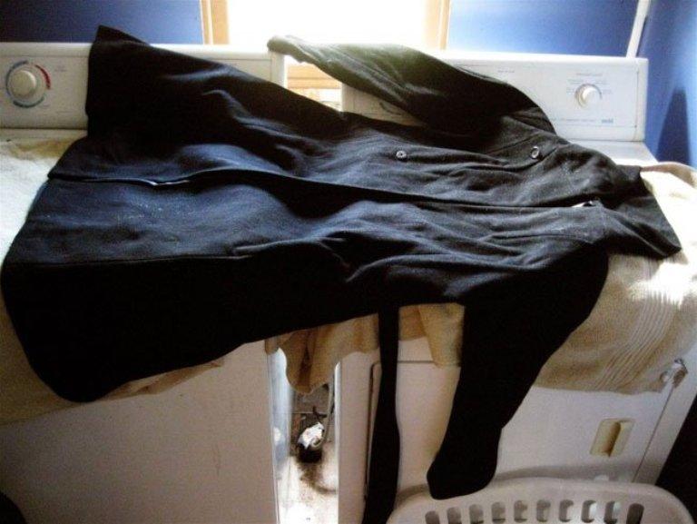 Разложите пальто на горизонтальной поверхности вдали от отопительных приборов