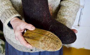 поместите внутрь валенок деревянные колодки