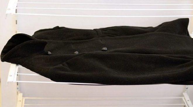 сушим пальто на горизонтальной поверхности
