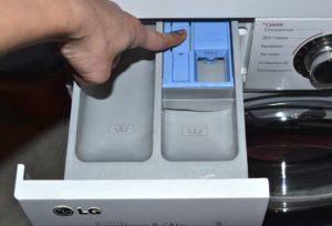 Как достать из стиральной машины лоток для порошка LG?