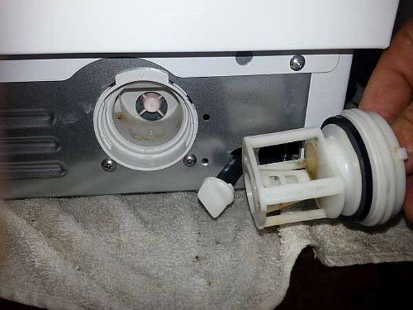 удаляем засор из фильтра машинки