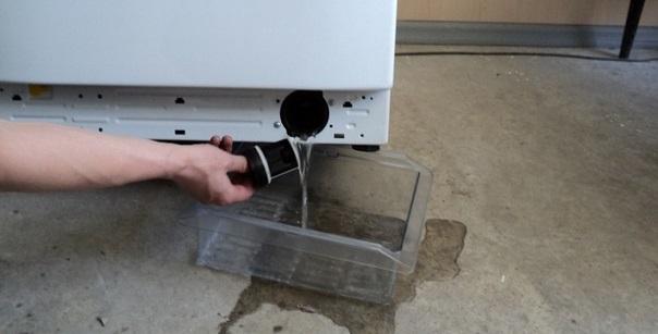 слив воды через мусорный фильтр