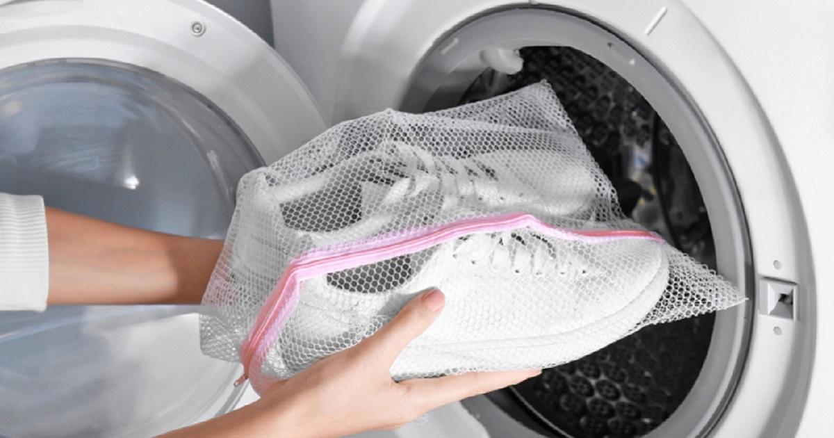 стираем кроссовки в специальном мешке