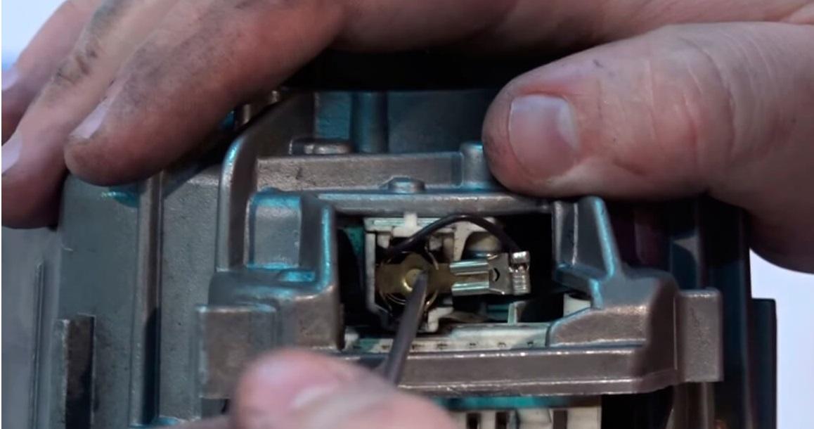 требуется поменять щетки на моторе