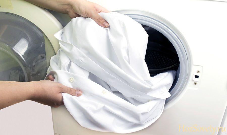 загружаем рубашку в стиральную машину
