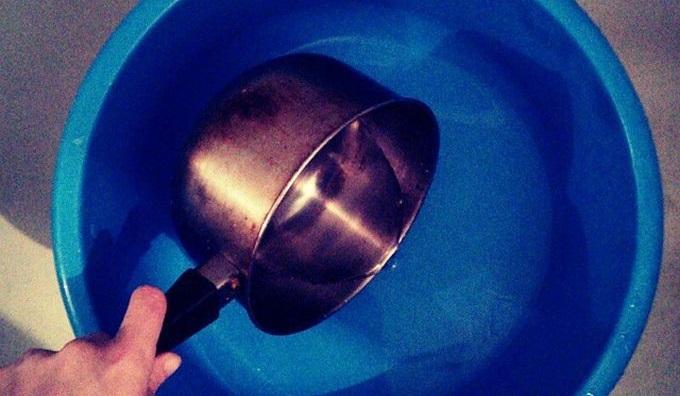 подогреваем масло и вливаем его в таз с горячей водой