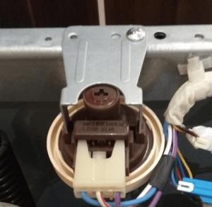 Где находится датчик уровня воды в стиральной машине Samsung?