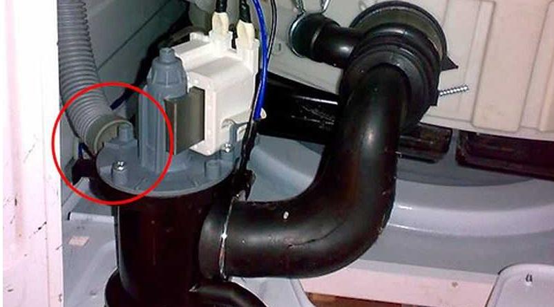 отделяем сливной шланг от машинки